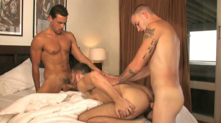 Twosome tanned and tattooed gay studs having threesome back be transferred to habitation